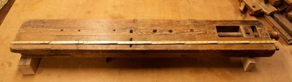 På Tingvoll bygdemuseum har dei ein høvelbenk med innebygd høvel på eine sida. Benken har registreringsnummer: TBM.899. Foto: Roald Renmælmo