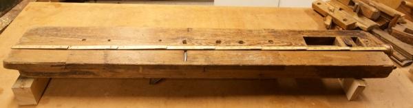 """Lengda av benken er ca. 2 alen. Bredda er 8"""" og tjukna er 6 cm. Foto: Roald Renmælmo"""
