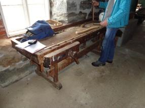 Høvelbenk frå Løvika med ronghake. Høgda på benken er 74 cm og lengda er 234 cm. Foto: Peter Brennvik