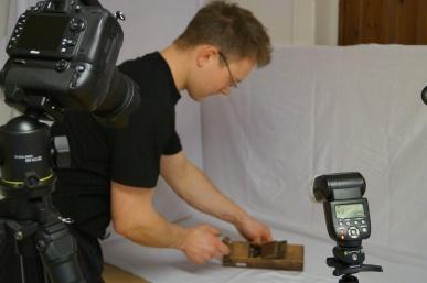 Martin riggar til kvit bakgrunn for å fotografere høvlane frå ulike vinklar. Foto: Atle Østrem