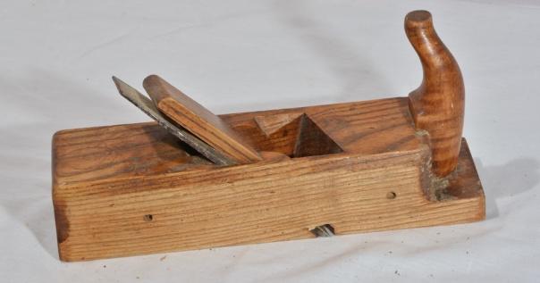 Falshøvel med skråstilt tann med klaff, nr.  23. Dette er ein komplisert høvel å lage. Foto: Martin Herrmann