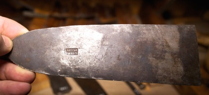 Plane iron that seems to have similar age as the Arendtz tools. Photo: Roald Renmælmo