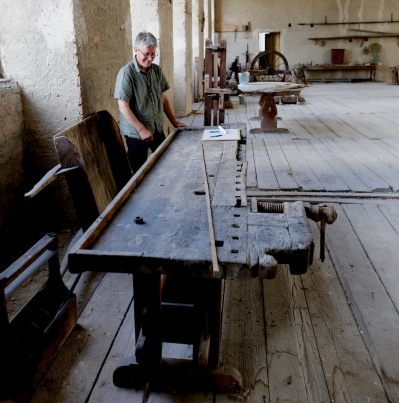 Tomas are taking measures of one of the workbenches at Skokloster. He have posted about this bench. Photo: Roald Renmælmo