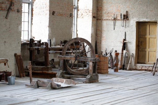 There is a lathe in the unfinished hall at Skokloster. This seems to have been used a lot. The more refined lathes are placed in their own room in one of the towers in the castle. Photo: Roald Renmælmo