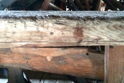 På sida av benken er det festa ein kloss på undersida slik at han kan vriast til sides for å støtte emnet under høvling. Foto: John Selsjord