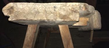 """Benkeplata består av ein heil planke med margsida opp, 12"""" brei og 2 ½ tjukk. Foto: John Selsjord"""