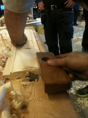 Høvling av fals frå kanten av bordet med ein semshøvel. Foto: David Widerberg Howden