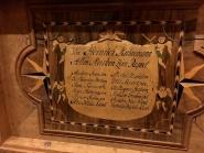 Innvendig i lokket har oldermann Heinrich Kühnemann skrive nament sitt og namn på dei meistrane som han hadde støtte av til å lage ny lade. Foto: Roald Renmælmo