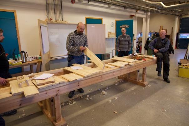 Presentasjon av prøver av ulike paneler høvla på seminaret av deltakarane i gruppa. Foto: Roald Renmælmo