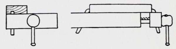 Fastspenning av emnet for høvling av flate. Margsida skal snu opp, framkanten av emnet skal ligge jevnt med benkekanten og halvparten av emnet, eller mer, må komme over benkehakene.