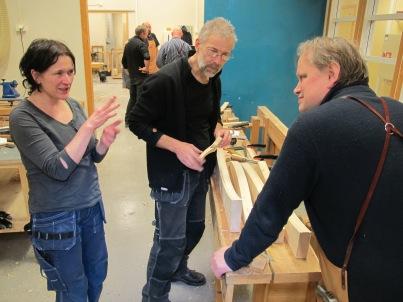 Anne Mari, Olof og Roald drøftar høvlar. Foto: Gunnar Bjørn Olsen