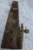 Framtang i bjørk, med hengsel i hjørnet, nytt håndtak til å stramme med (spilspik?). Foto: Kai Johansen