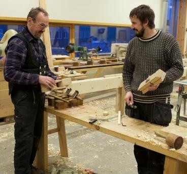 Jon og Einar snikrar golvplogar. Foto: Roald Renmælmo
