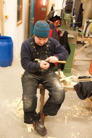 Peter Brennvik lagar handtak til golvplog. Foto: Roald Renmælmo