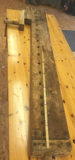 Høvelbenken er 2,22 meter lang og har framtang og baktang med skruvar. Foto: Kai Johansen
