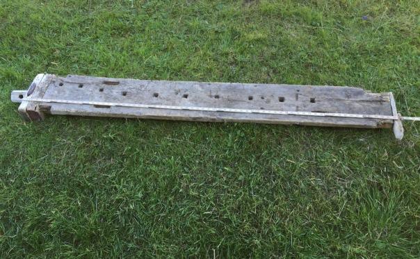 Høvelbenken på Gressamoen. Den er litt under 2 meter lang og har baktang med midstilt høvelklo med to tangar.