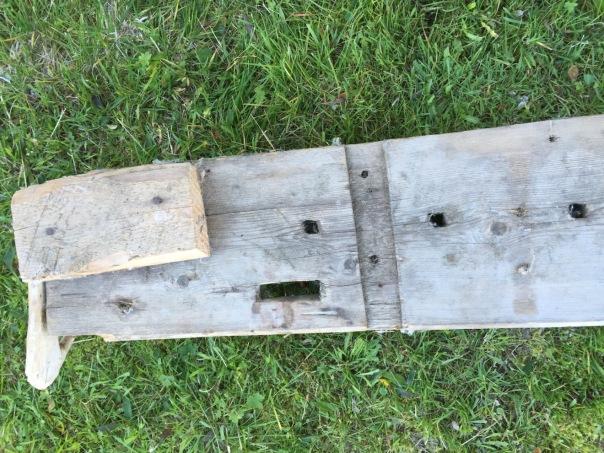 """Bredden på benken ca. 10"""". Innfestningen av 1. generasjons føtter, drevsponsliss og tapphull 1″x3″"""