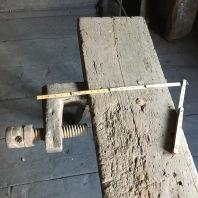 Høvelbenken ber spor etter hard bruk. Skruven har hol for ein spilspik. Foto: Roald Renmælmo