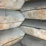Det er tømra med skjulte kinningar i novene. Det er tømra både planmessig godt og veldig fint utført. Foto: Roald Renmælmo