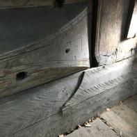 Overgangen frå trapesforma syllstokk til område under beiski og dørstokk er meisterleg gjort. Her har tømraren glepphogd med ein enormt god presisjon. Foto: Roald Renmælmo