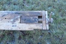 Framtangen er sett saman av tre bitar som er tappa og bolta fast i benkeplata.