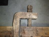 Framtang med skruve er grada inn i undersida av benkeplata